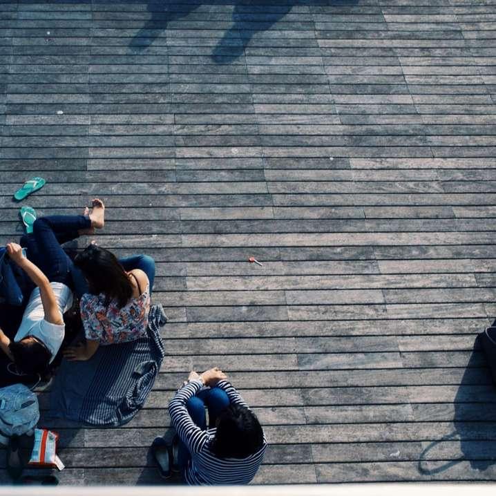 τρία άτομα κάθονται στα διοικητικά συμβούλια -  (10×10)