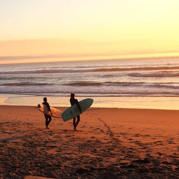dwóch surferów na plaży -  (10×10)