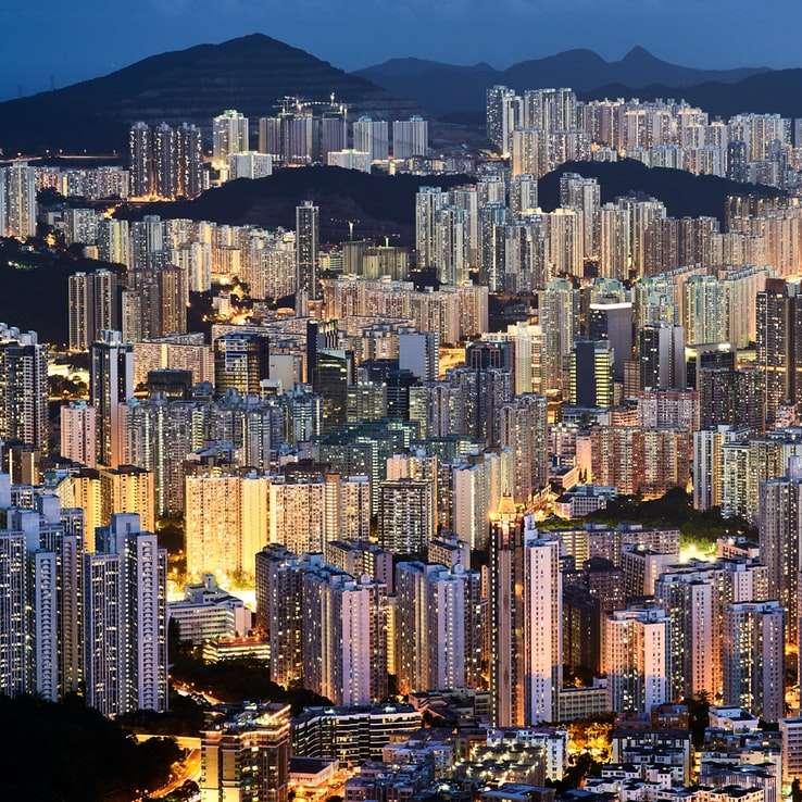 Mnoho budov se světly na horách -  (10×10)