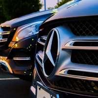 zwarte auto's op straat