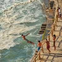 muž skákání na moři na zaměření fotografie