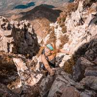 снимка на жена катереща планина
