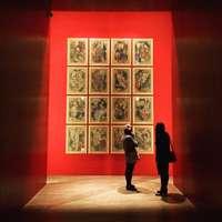 δύο άτομα που στέκονται μπροστά από έργα τέχνης