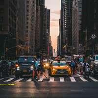 mensen lopen op voetgangers in de buurt van voertuigen