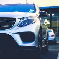 zaparkowany srebrny samochód Mercedes-Benz