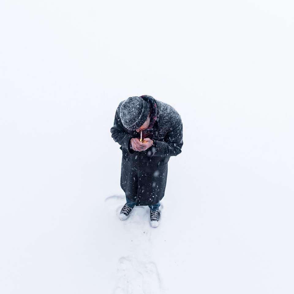 ember állt a hóban