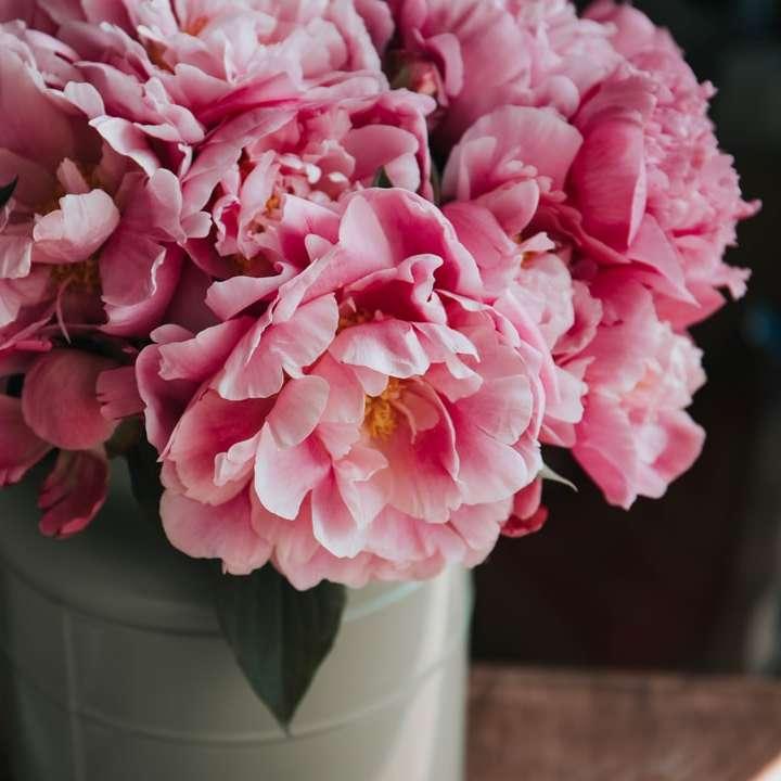 Fleurs roses dans un vase