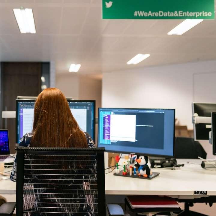 femme, dans, chemise noire, séance chaise, devant, ordinateur