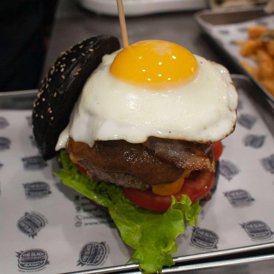 burger saláta és paradicsom
