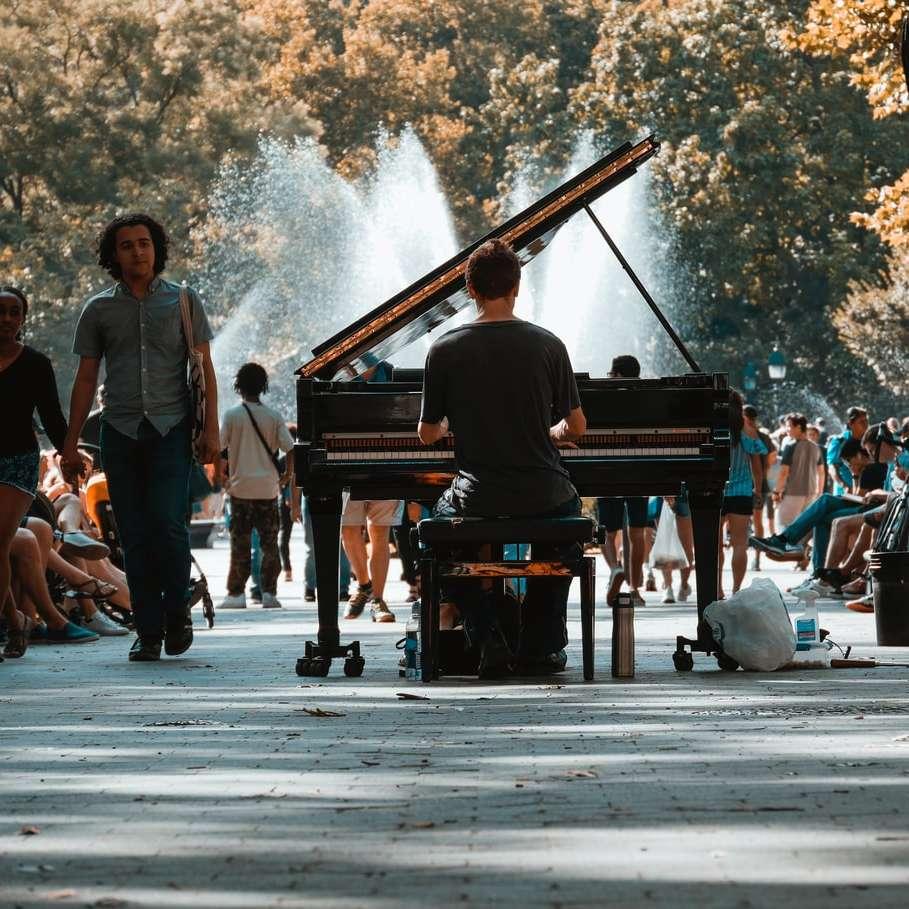 selectieve aandacht fotografie van man grand piano spelen - selectieve aandacht fotografie van man spelen vleugel in menigte. Ik zag deze geweldige klassieke pianist in Washington Square Park en zodra ik hem op één lijn met de fontein zette, wist ik dat het (4×4)
