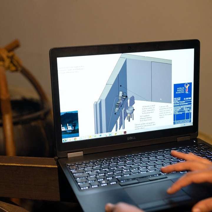 fekete és ezüst laptop számítógép a barna fa asztal - Női építőmérnök tervezi a vidámpark látnivalói a számítógépen (6×6)