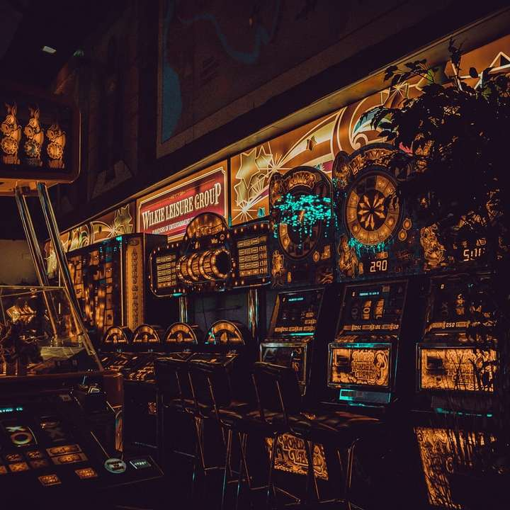 veelkleurige arcade-machines - Maak een foto van je speelhal, speel met de verlichting in Lightroom. Het is leuk. Liverpool, Verenigd Koninkrijk (8×8)