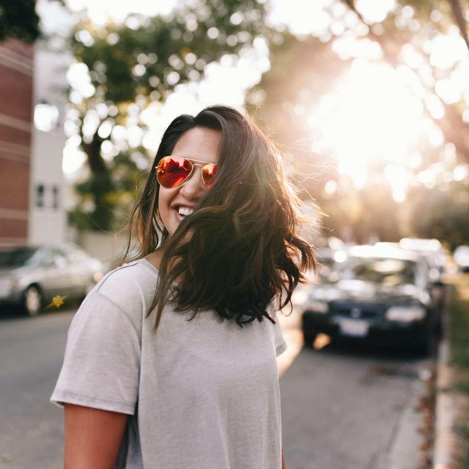 Η πτώση είναι εδώ - γυναίκα που φοράει λευκή μπλούζα χαμογελώντας. Σικάγο, Ηνωμένες Πολιτείες (8×8)