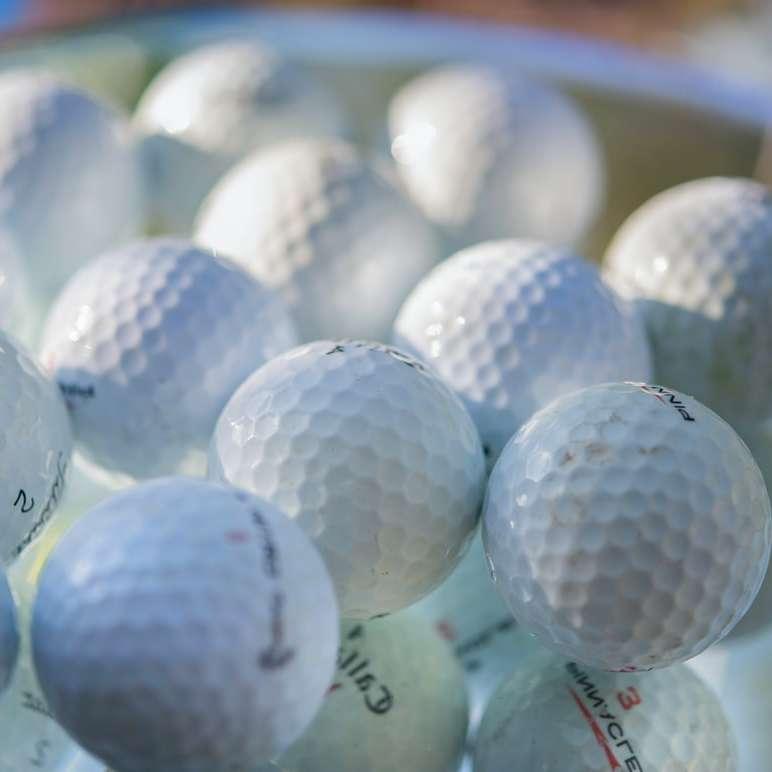 Samling av golfbollar på nära håll - vit golfboll på grön golfbana. The Bridges Golf Club, South Gale Ridge Road, San Ramon, CA, USA (4×4)