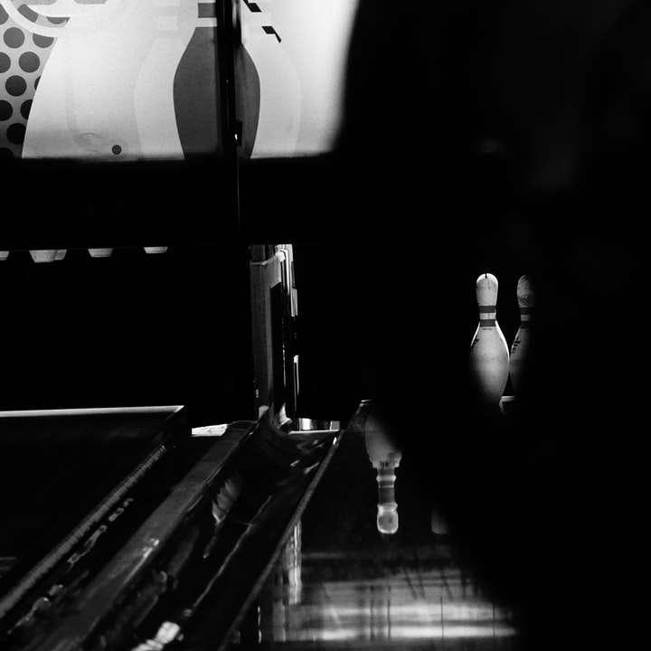 bowling în întuneric - fotografie la scară la gri cu o persoană care stă pe bucătărie. Olanda (8×8)