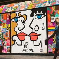 mulher andando passa grafite