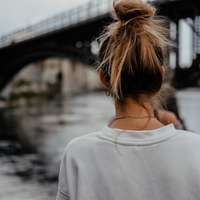Frau Sightseeing auf der Brücke