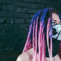 ragazza con la maschera