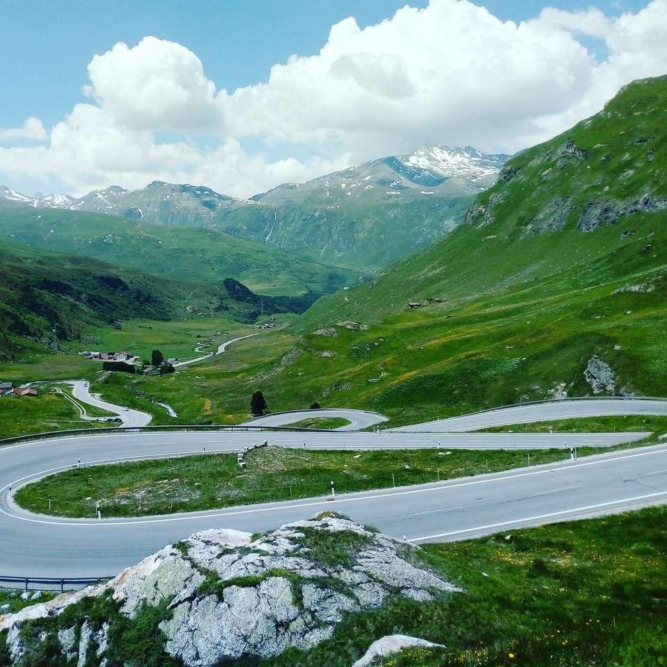 estrada sinuosa cinza