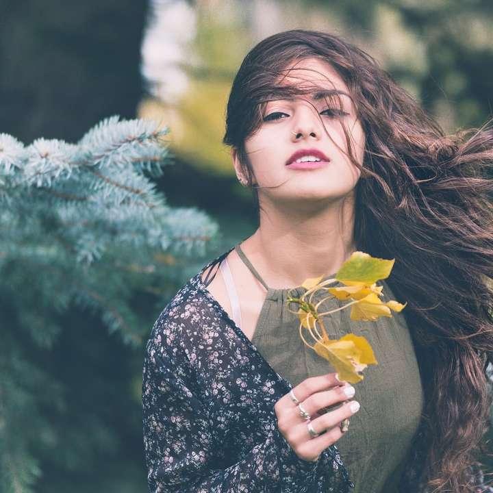 Falowane włosy dmuchane przez wiatr