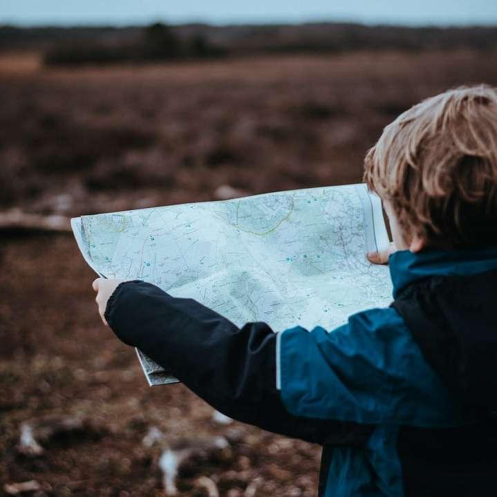 дете гледа карта
