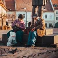 Άνθρωποι που κάθονται στην πλατεία της πόλης