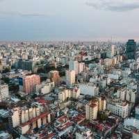 letecký pohled na město pod zamračenou oblohou během dne
