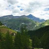 fotografia aérea de montanha sob o céu azul e branco