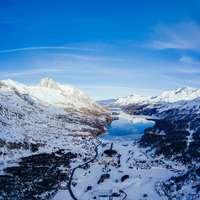 munți albi și maronii