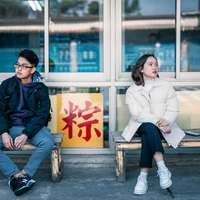 άνδρας και γυναίκα που κάθεται στον πάγκο