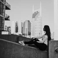 grijswaardenfotografie van zittende vrouw