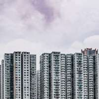 снимка от птичи поглед на бяла висока сграда