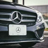 czarny sedan Mercedes-Benz
