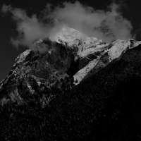 zdjęcie w skali szarości przedstawiające śnieg = zakrytą górę