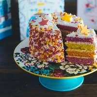 gesneden cake op cake riser