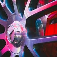 Nahaufnahmefoto des Mercedes-Benz Fahrzeugrades