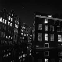 grijswaardenfoto van betonnen gebouw