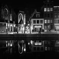 grijswaardenfoto van gebouw 's nachts