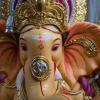 goud en paars beeldje van de hindoe-godheid