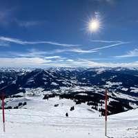 zasněžená hora pod modrou oblohou během dne