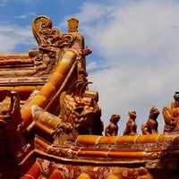 златна статуя под облачно небе през деня