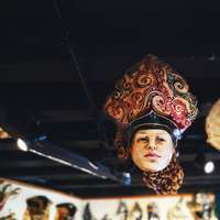vrouw in gouden en rode hoofdtooi