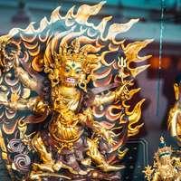 statuetta di drago d'oro sulla tavola nera