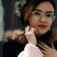 kvinna i svarta inramade glasögon online pussel