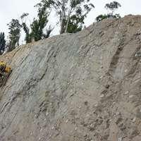 ember sárga kabátban hegymászás napközben