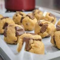 biscotti marroni sul vassoio bianco