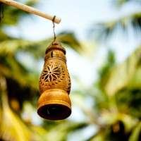 braune Glocke hängt am braunen Holzstab