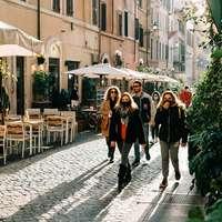 lidí, kteří jdou po chodníku během dne