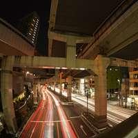 χρονική φωτογραφία των αυτοκινήτων στο δρόμο κατά τη διάρκεια της νύχτας