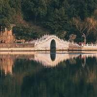 καφέ και λευκό τσιμεντένια γέφυρα πάνω από τον ποταμό